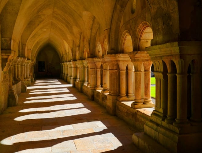 Kreuzgang einer romanischen Kirchen                          Foto© ferretcloud - Fotolia.com