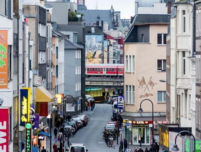 Hier pulsiert das Leben. Am Eigelstein findet man das alte Köln. Foto@© Raimond Spekking / CC BY-SA 4.0 (via Wikimedia Commons)