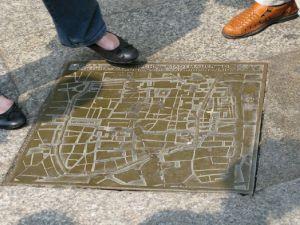 Bronzeplatte_vor_Dom